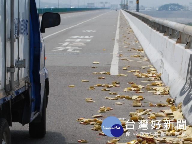 鬼月冥紙丟路求平安 環境交通大受影響