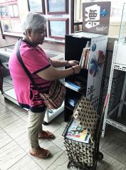 素娥阿嬤推著裝滿書的菜籃車到火車站提供旅客閱讀,2年來從不間斷。(圖/記者黃村杉攝)