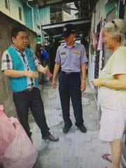 員警洪逢彬的同學陳文忠接續幫助獨居長者,讓愛延續。(草屯分局提供)