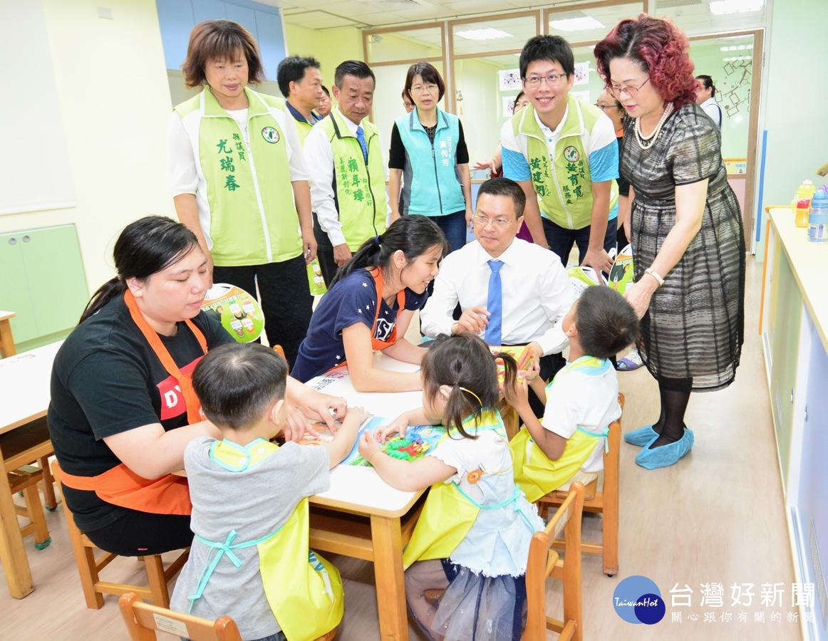 2寶貝成長家園開幕典禮-縣長與學童互動