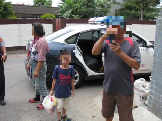 小學童烈日正午路中獨自行走,幸運遇好心路過民眾報警協助護送返家