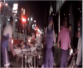 老婦人夜間外出散步身體不適坐路旁,熱心民眾與警消合力積極協助救援