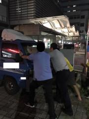 民眾愛車路中拋錨 員警及時協助排除困境