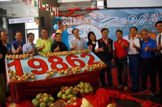 林明溱與多位議員來賓揭示今年日月潭萬人泳渡有近2萬人參加。(記者扶小萍攝)