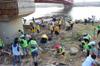 桃園市環保局在大園區竹圍漁港沙灘舉辦,「牽手淨灘,海好有你」活動,邀請各企業單位共同參與淨灘。