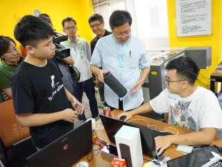 桃園市長鄭文燦在「2017桃園創客松競賽」中,觀看選手們所創作的創意產品。