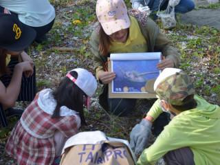 福智團體的志工,現場教導小朋友,塑膠造成海洋生態污染的嚴重性。