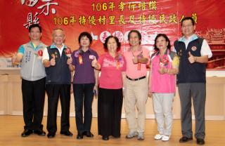 林寶珠(左四)、詹愛純(左三)、翁茂川(右三)三人榮獲內政部三等獎章殊榮。(記者許素蘭/攝)