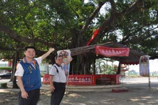 西港慶安宮總幹事(左)及厚德宮主委魏耀銘展示香科王船神榕英姿。