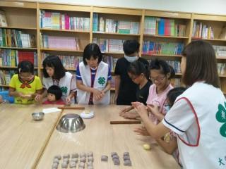 大甲區農會四健會員昨日教導30位鎮瀾兒童之家的國小學生做好吃的芋頭酥。 (記者陳榮昌攝)
