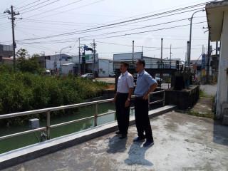 南區水資源局黃局長世偉與六區巡視南幹線取水狀況。(圖/記者何沛霖攝)