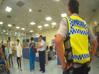 警方將服藥物女子送醫。林重鎣攝