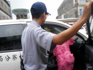 枋寮警執行護老專案 護送身體不適老婦人平安返家