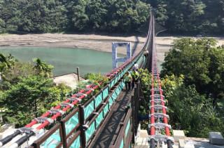 市長鄭文燦視察溪口吊橋,對整個進度表示滿意。(圖/記者陳寶印攝)