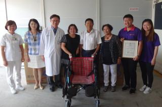 佳里奇美醫院院長溫義煇(左3)頒感謝狀致謝並感謝家屬完成黃重憲董事長的遺願。