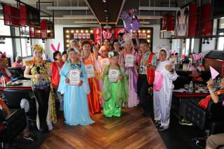 華山基金會為長輩們舉辦仙女競美秀。(記者扶小萍攝)