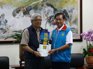 林明溱縣長接受國光生物科技公司總經理留忠正捐贈流感疫苗。(記者扶小萍攝)