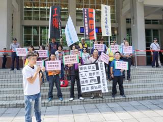 桃園市產總職病認定推動小組與各工業團體代表在桃園市議會大門口「陳情」。