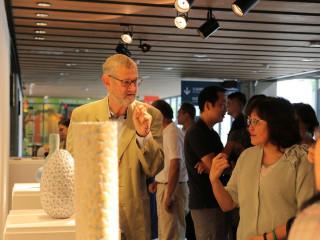 彼得.比爾德(左)分享加「蠟」技法與《釉色紋理藍瓶》。(圖/陶博館提供)