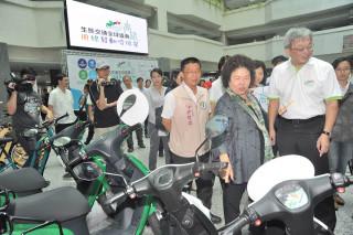 由高雄市政府主辦第三屆生態交通全球盛典,19日舉行記者會,以行動宣示「用綠發動哈瑪星」。(圖/記者潘姿瑛攝)