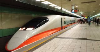 高鐵桃園站表示,連續假期返鄉及出國人潮眾多,敬請旅客預先訂位,並多加利用便利商店售票據點。
