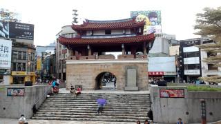 迎曦門(東門)是竹塹城僅存的城樓,位於新竹火車站沿中正路直行約400公尺處,為國定古蹟。(圖/取自維基百科)