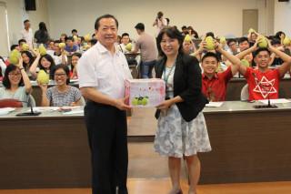 麻豆柚農李寶桂致贈台灣首府大學外籍生麻豆文旦,由校長許光華代表接受。