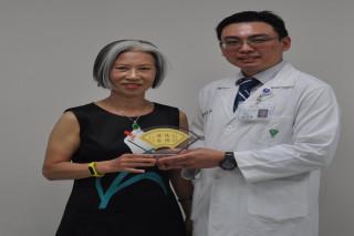 蔡女士致贈「德術堪榮」匾額,感謝林醫師解決其多年的病痛。