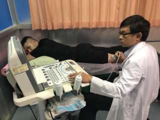 自行車隊選手大腿後面肌肉痠痛,大甲李綜合醫院復健科醫師陳威志,  以「軟組織超音波」檢查檢查,迅速的找出病源後治療。(記者陳榮昌攝)