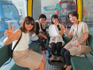 月足沙織與媽媽及隨行翻譯人員搭乘日月潭纜車。