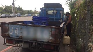 中壢分局普仁派出所員警當場逮捕王姓毒品通緝犯偷油,訊後依法移送偵辦。