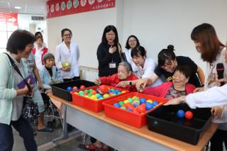 麻豆新樓醫院邀長者一起參與「水中撈月」活動,長者們樂不可支。