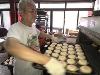 外埔區製傳統榚餅的老師傅顏朝星,幾年來雖物價飛漲,但他的綠豆椪  仍保持市面近對半的差價,訂單也保持不減。(記者陳榮昌攝)