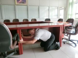 劉丙燈校長以身作則做地震避災演練。