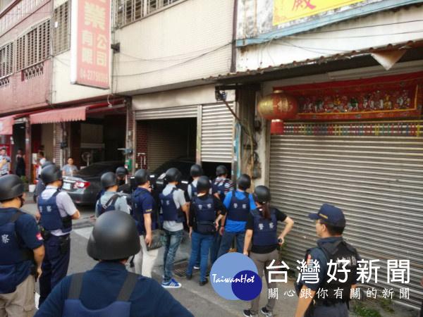 太平警方五十多人包圍吳姓嫌犯住家。林重鎣攝