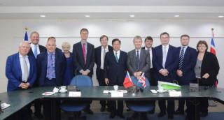 桃園市長鄭文燦在市府接見英國下議院台英國會小組伊凡斯主席代表團。