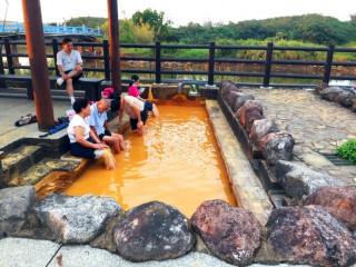 金山區長陳國欽、陳忠偉博士等經確認泉質為鐵泉,被稱之為「黃金之湯」或「金泉」。(圖/記者黃村杉攝)