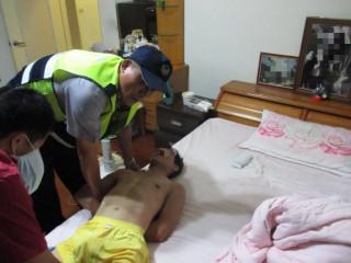 男子家中精神狀況不穩,母親強忍悲痛與不捨報請警消協助強制送醫
