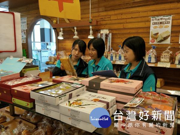 衛生局稽查人員於大賣場進行食品衛生稽查。