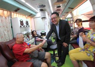 民進黨高雄市黨部主委黃彥毓感謝市民一起加入捐血的行列。(圖/記者許凱涵攝)