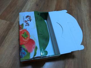 圖說:中市環保局說:秋節禮盒外包裝盒是屬於紙類回收(記者賴淑禎攝)
