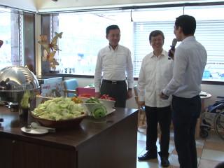 副總統攜手憨兒 挽袖做中秋特餐