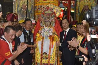 湄洲媽祖由新北市長朱立倫與鴻海董事長郭台銘共同接駕安座。(圖/記者黃村杉攝)