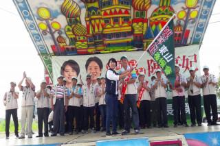 在人山人海鄉親力挺參選台南市長的陳亭妃,今日成立陳山後援會。