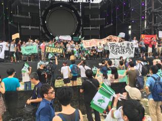 台大生佔領舞台「統戰退出校園」 中國新歌聲遭抗議取消(圖 /翻攝不禮貌鄉民團臉書)