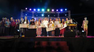 鄭文燦市長頒獎楊梅好聲音流行音樂歌唱大賽決賽優勝選手。
