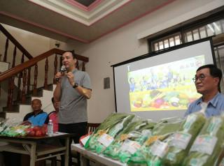 市長朱立倫南下到雲林跟嘉義,拜訪提供新北市有機營養午餐,以及青農拍賣的有機農民。(圖/農業局提供)