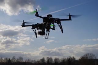 交通部民航局近來跟上國際潮流,除將進一步公布無人機操作管制區域與罰則外,同時也將導入考試制度,有效管理無人機操作者。(圖/Pixabay)