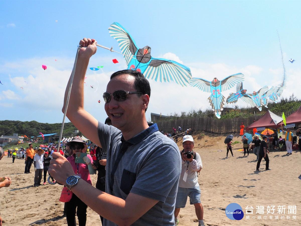市長朱立倫開心放飛總長度超過百米的單線串聯風箏_新北市文化局
