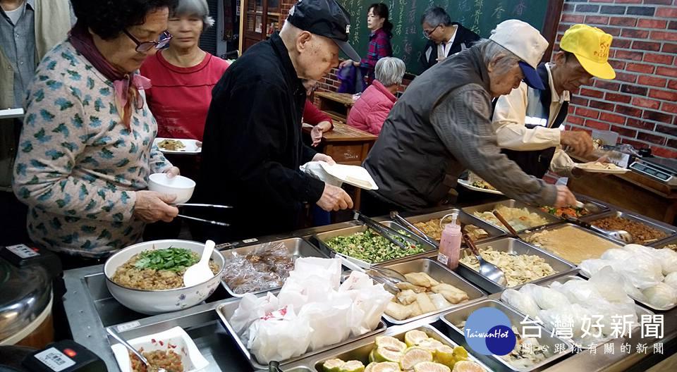 永和里長提供愛心餐助弱勢 獨創晨間共餐讓長者有均衡營養